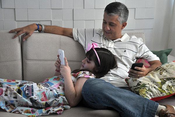 Com 7 anos, Maria Luiza já possui seu próprio tablet, mas já tem consciência que está sujeita a regras estabelecidas pelo pai, Jackson