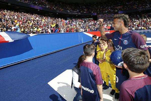 Depois da apresentação oficial aos torcedores do Paris Saint-Germain, o atacante brasileiro pode alegrar ainda mais os franceses e entrar em campo hoje às 16h (horário de Brasília) contra o Guingamp