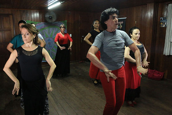 Aula de dança flamenca no Studio Corpo de Baile atrai público adulto, interessado em realizar um desejo antigo de dançar novos ritmos