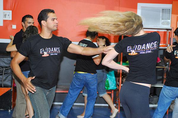 Na Evidance, público se solta ao dançar forró, zouk e tango