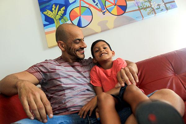 Matheus, 7 anos, brinca com um dos pais, o professor universitário Ewerton Brito. Família é uma união de pessoas que se amam.