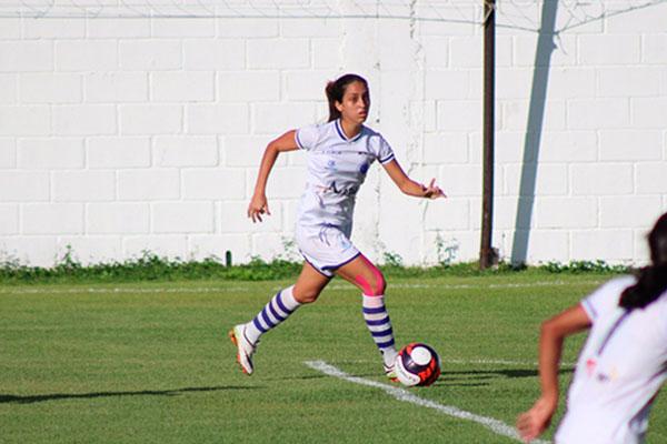 Jogadora sonha em se tornar profissional de futebol