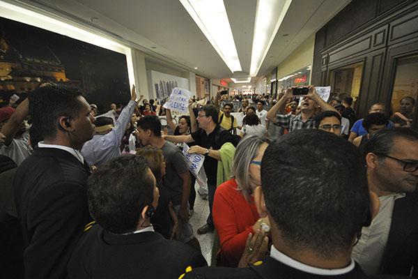 Militantes ocuparam o corretor do shopping para reclamar da entrega do título de cidadania