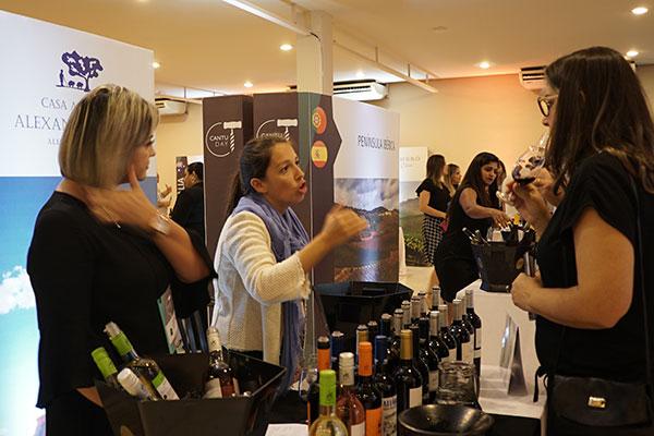 No salão da Cantu Day, vinículas representaram regiões e países com seus principais vinhos