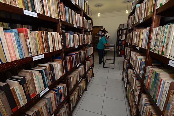 O professor de Biblioteconomia da UFRN, Francisco Marinho, dirige a catalogação do acervo, composto de obras literárias do Rio Grande do Norte