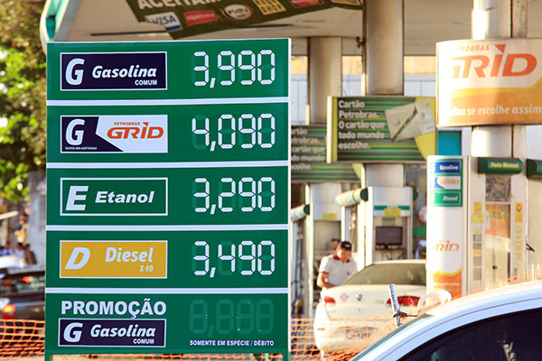 Redução da produção de petróleo no Golfo do México, após passagem do Furacão Harvey, causou disparada do preço da gasolina nos Estados Unidos e no Brasil
