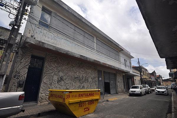 """O prédio foi construído em 1934, originalmente para ser um banco, a Caixa Rural. Nas décadas de 70 e 80 deu lugar à livraria Clima, onde Jorge Amado autografou o best seller """"Tieta do Agreste"""". A fachada ainda guarda um  alto-relevo em cimento, do artista Jordão"""