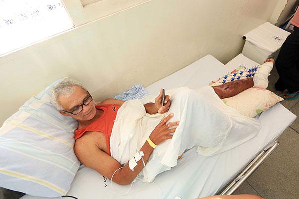 José Aparecido da Silva se acidentou enquanto fazia um bico como moto táxi, em Extremoz. Aos 49 anos, está no HWG há 24 dias. Teve fratura exposta, recebeu pinos de platina e aguarda cirurgia