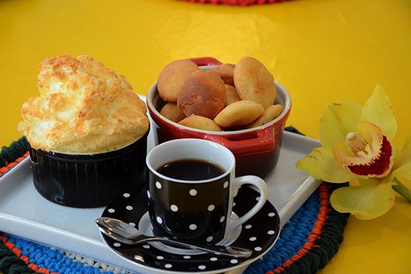 Quitutes remetem a receitas antigas com releituras: bolachas, suflês e bolinhos de limão e milho, além de doces são alguns acompanhamentos para o café