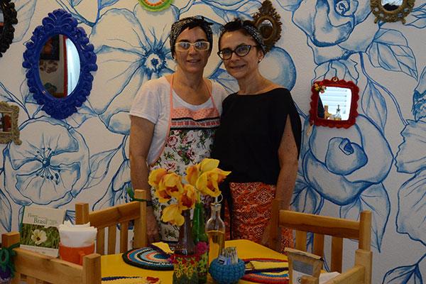 As primas Mézia e Vânia Araújo uniram ideias e habilidades de decoradora, florista e quituteiras