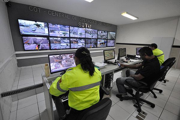 Em 16 horas, 24 motoristas foram multados através do uso das câmeras de videomonitoramento