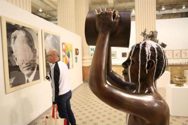 Exposição Queermuseu, com obras de vários artistas que retratam as diferenças, é cancelada após protestos nas redes sociais