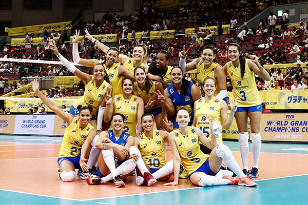 Após o jogo e a conquista da prata no Japão, as meninas do Brasil posaram para as fotografias