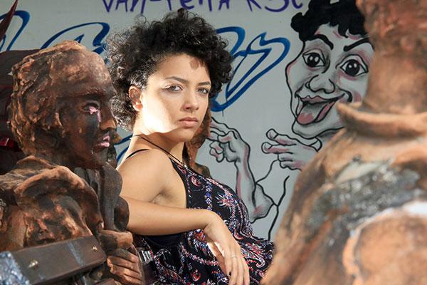 Alice Carvalho construiu sua carreira escolhendo (e criando) as próprias histórias. Aos 21 anos, estreia em novo papel sério onde aborda a violência contra a mulher