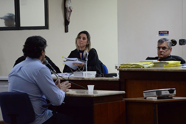 Tibério Franca (de costas) e a advogada Ana Paula, viúva de Iriano