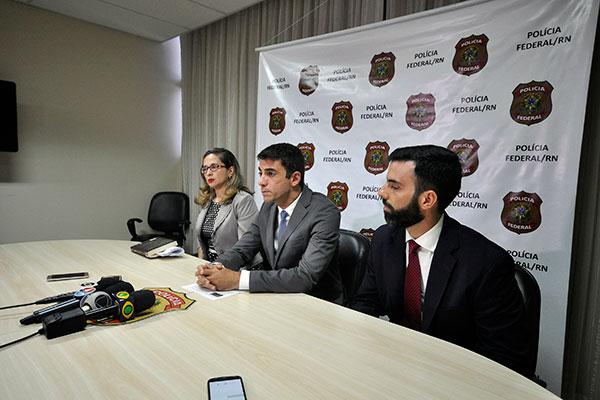 """Delegado Flávio Augusto Pinheiro (primeiro da direita para a esquerda) acusou superintendente de """"atuar contra o meio ambiente"""""""