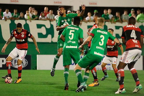Sofrendo uma marcação muito forte por parte da Chapecoense, Guerrero e os atacante do Flamengo tiveram dificuldades em concluir