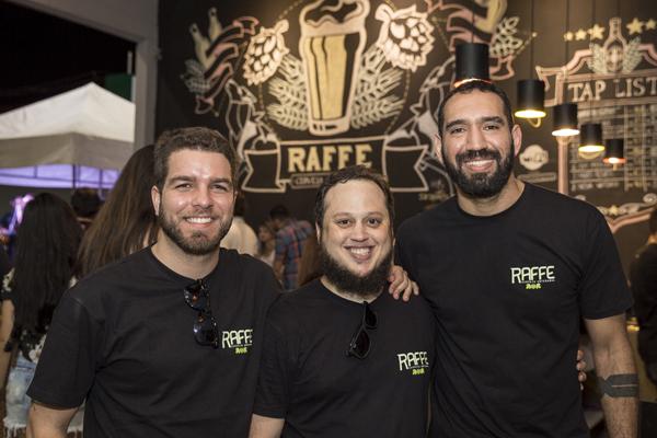 Adriano, Raul e Fernando criaram a Raffe em casa. Cada um produzia sua cerveja de forma individual, quando resolveram unir ideias