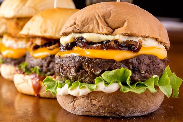 Batizado de Bruna, burger com geleia de bacon é hit da Wayne's