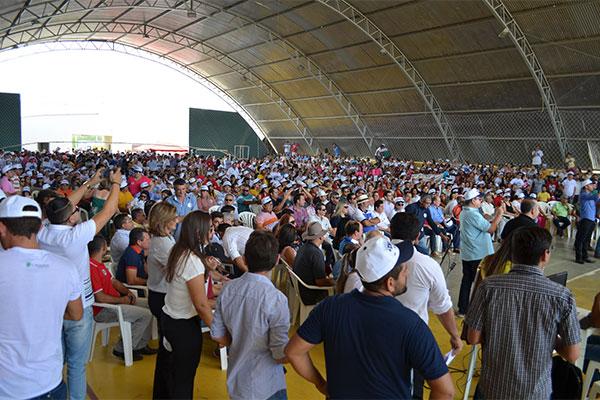Milhares de pessoas lotaram o ginásio de esportes na cidade de São José do Seridó