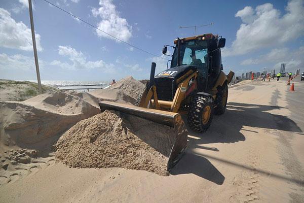 Trator é utilizado para retirar areia que está na pista