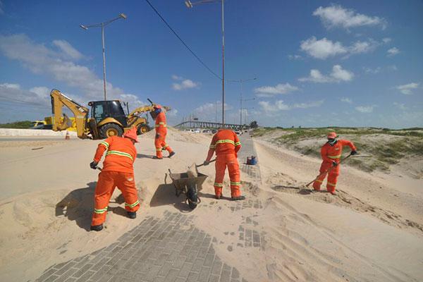 Funcionários que prestam serviço à Urbana atuam para  retirar areia do local