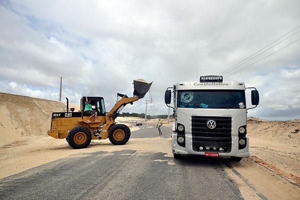 Na RN-305, estrada de Pitangui, no litoral Norte, máquinas limpavam ontem a via tomada por areia