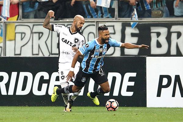 Fernandinho travou um bom duelo com Bruno Silva na partida
