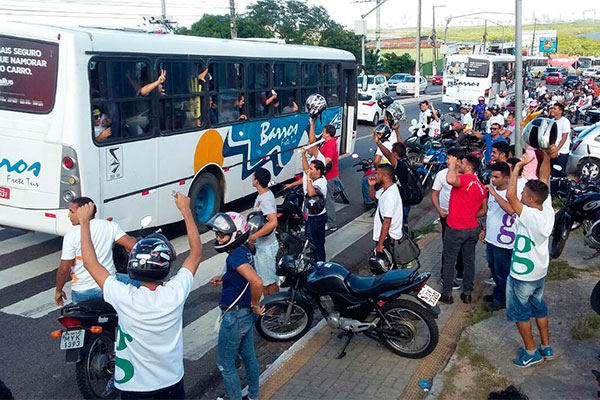 Ônibus da Guararapes levam os funcionários para protesto no MPT