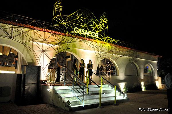 Restauração da CasaCor Aeroclube devolveu os arcos originais do prédio. Já a estrutura de ferro artística faz a releitura do frontão
