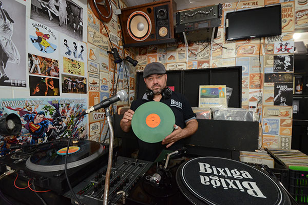 Comerciante da Cidade Alta, Valmir Corrêa, o Paulista, quer movimentar a área do Centro com boa música e balanço black e noite de flashbacks