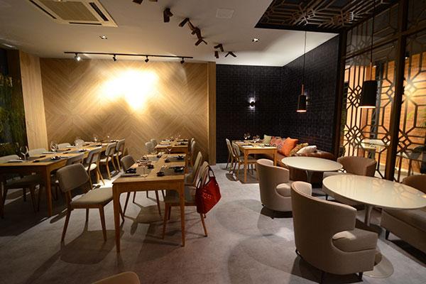 Hamaki ocupa espaço de restaurante temporário na 4ª edição da CasaCor RN, localizada no AeroClube. O conceito destaca a madeira de reflorestamento e a palha