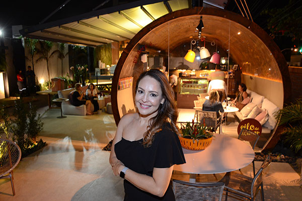 Olga Portela, arquiteta, transformou tanque antigo de fábrica em uma cafeteria bem estilosa