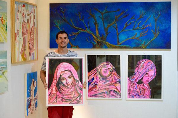 Leandro Garcia expõe temas cotidianos e autobiográficos