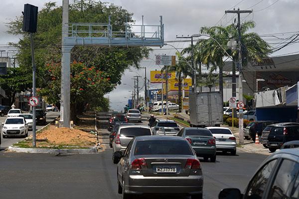 Na avenida Prudente de Morais, os painéis eletrônicos estão sendo instalados em dois pontos