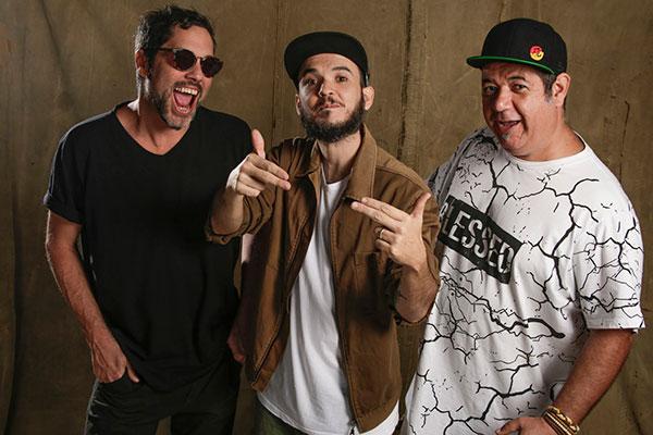 """Dançante e festivo nos discos anteriores, o trio DuSouto experimenta intensidades diversas e temas do cotidiano no quarto disco """"Conecta"""""""