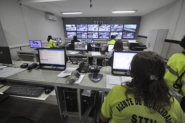Agentes acompanham o trânsito por imagens de 54 câmeras