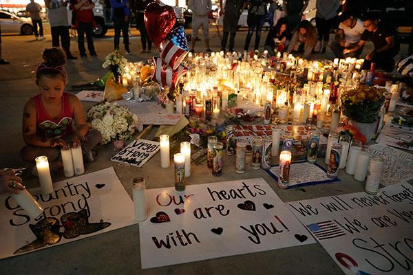 Centenas de moradores de Las Vegas e cidades vizinhas depositaram flores, cartazes e velas no local onde 59 pessoas morreram