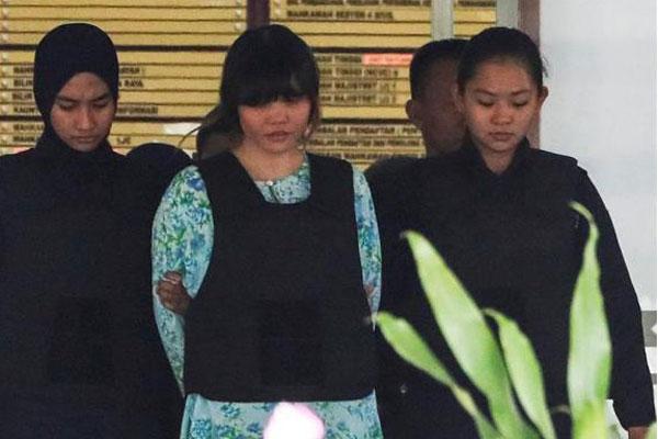 A vietnamita Doan Thi Huong, uma das acusadas do assassinato de Kim Jong-Nam, é escoltada pela poíícia malaia até o tribunal