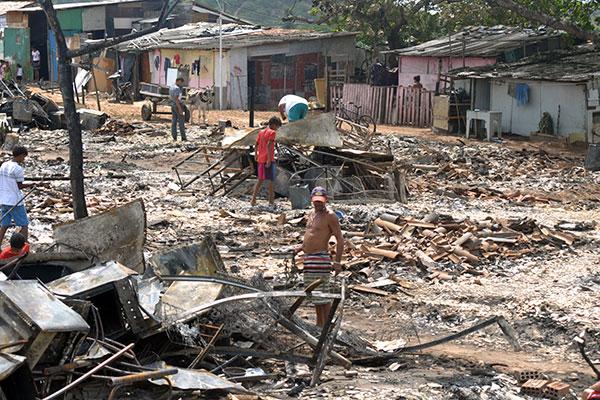 No que restou do assentamento 'Oito de Março', é impossível não caminhar sobre os destroços