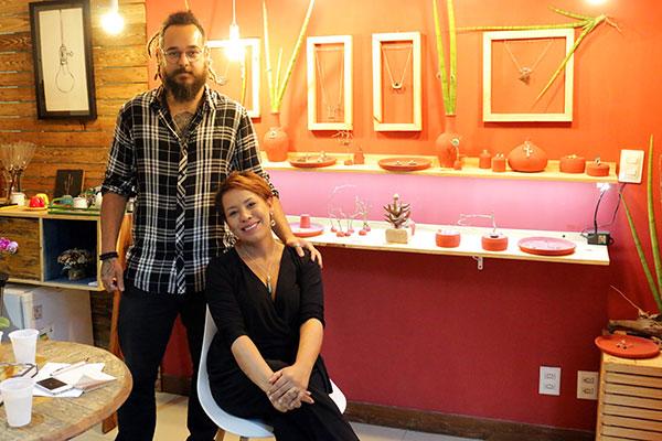 Os designers Caio Freire e Gabriela Sales: ourivesaria acessível e cheia de significados