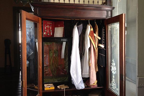 Relíquias em exposição: vestes e objetos de personalidades históricas, como Frei Miguelinho