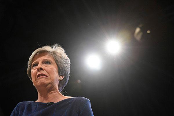 May antecipou eleições para tentar ganhar maioria no Parlamento, mas ideia não atingiu objetivo e desgaste prejudica mandato
