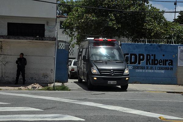 Os agentes posicionaram um veículo na entrada do CDP para dificultar o acesso durante reparos