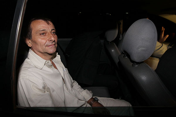 Cesari Battisti foi condenado a prisão  perpétua pela Justiça italiana