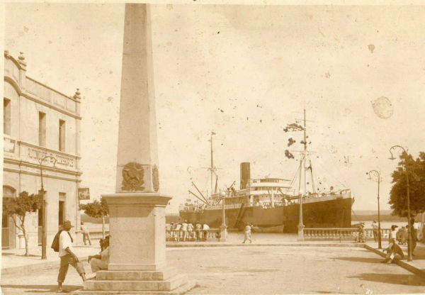 A Tavares de Lyra de outrora: o mirante do cais, o obelisco e ao lado o Hotel Internacional