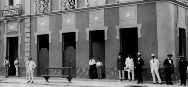 Homens bem vestidos em frente ao palacete ondo funcionou A República e também uma das grandes livrarias no início do século XX