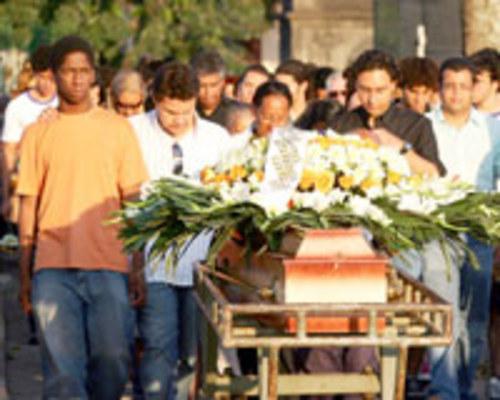 VIOLÊNCIA - Amigos se despedem de  Virgínia Santana no cemitério do Caju