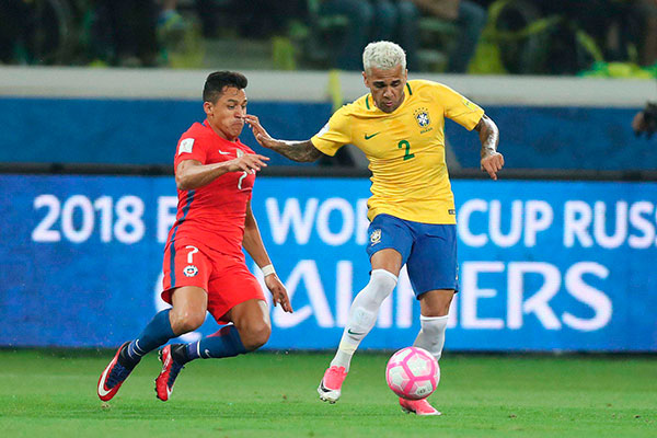 """Daniel Alves crdita a """"revolução"""" no futebol ao novo comando"""