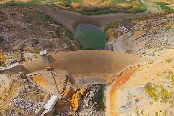 Praticamente seco, o Gargalheiras apresenta trincas na galeria e na face de montante e jusante que percorrem todo maciço da barragem
